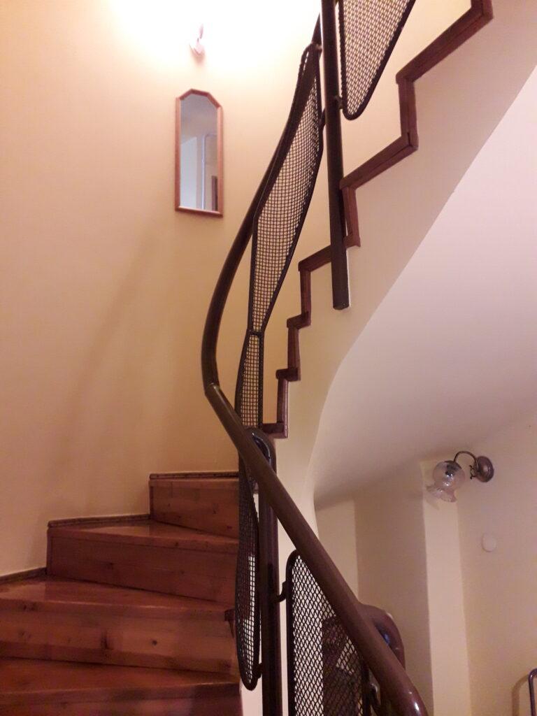lépcsők az emeletek között